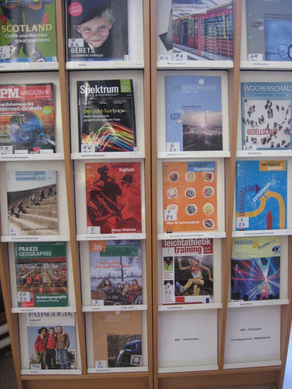 Mediothek Zeitschriftenregal 1